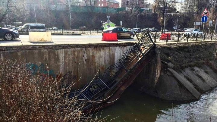Пешеходный мостик рухнул в Сергиевом Посаде