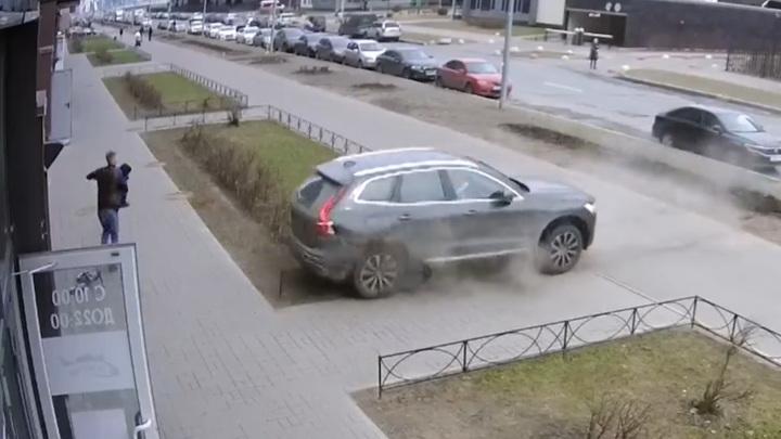 Петербуржец спас сына из-под колес взбесившейся машины. Видео