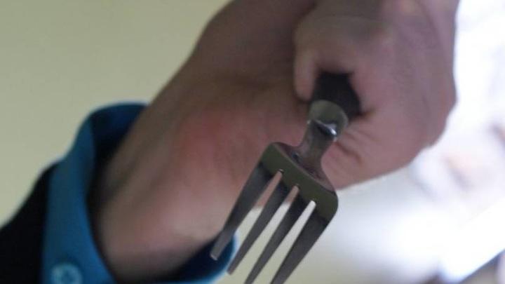 Во Владивостоке наркоман убил знакомую вилкой