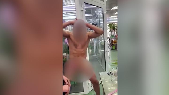 Эксгибиционист в цветах: во Владивостоке голый мужчина развеселил женщин