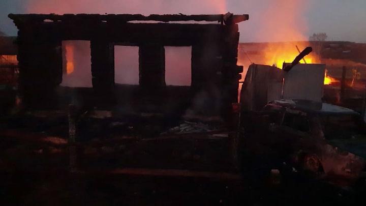 Несут цветы и игрушки. В Свердловской области прощаются с погибшими при пожаре детьми