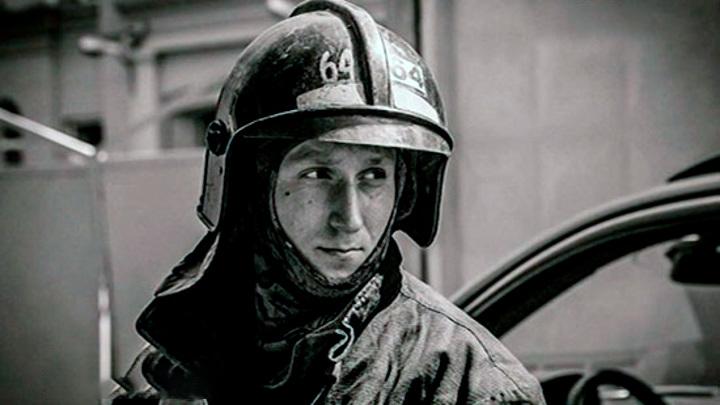 """В Петербурге прощаются с пожарным, погибшим при тушении """"Невской мануфактуры"""""""