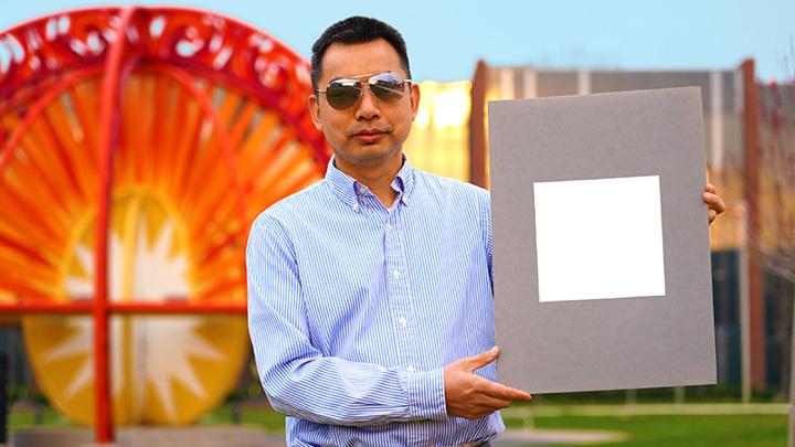 Руководитель исследовательской группы профессор Сюлинь Жуань (Xiulin Ruan) с лабораторным образцом новой краски.