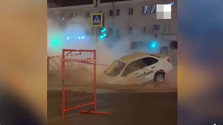 В Екатеринбурге такси рухнуло в дыру на дороге