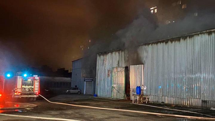 В Москве горит кровля здания с гаражами