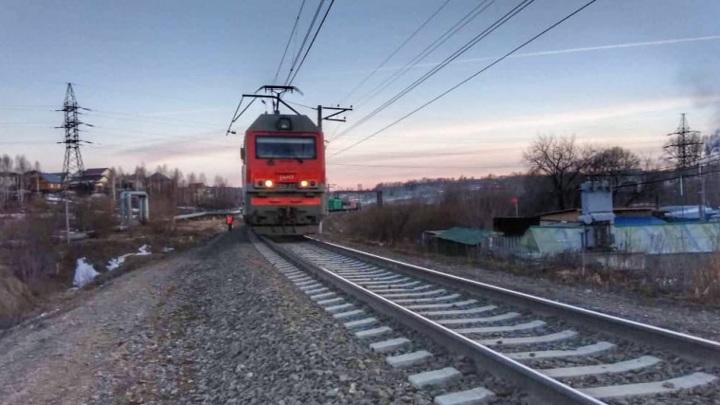 В Томске поезд насмерть сбил молодого человека в наушниках