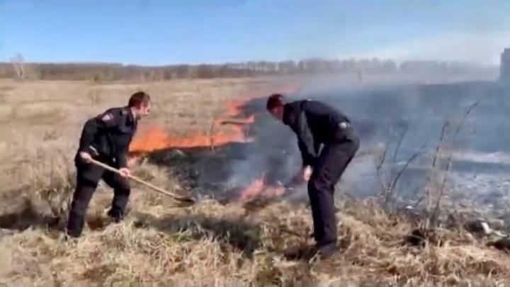 В Оренбуржье полицейские встали на защиту села от степного пожара