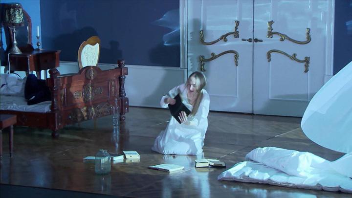 """Сцена из спектакля """"Наводнение"""""""