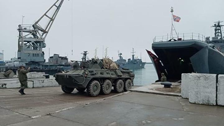 В Крыму прошли учения по погрузке техники на БДК Северного флота