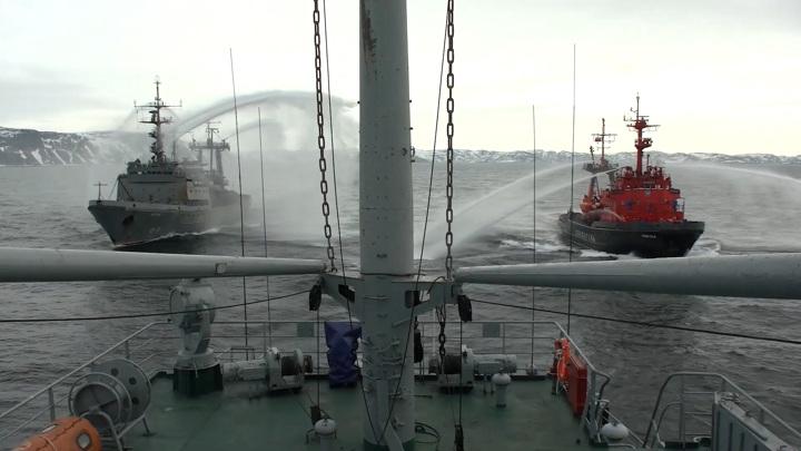 Военные показали, как спасают экипаж тонущего судна. Видео
