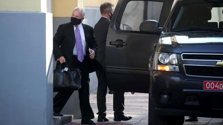 Американский посол в Москве отправился в аэропорт с тремя чемоданами