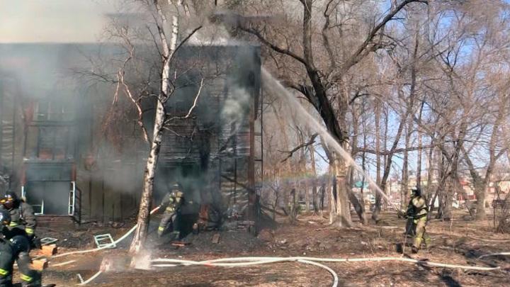 В Хабаровске выясняют причины пожара в деревянном бараке в центре города