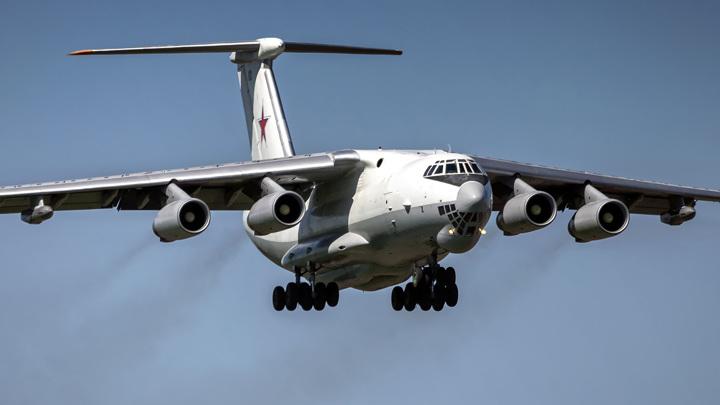 Заправщик Ил-78 готовится к экстренной посадке в аэропорту Жуковский