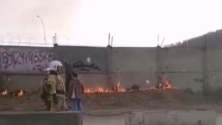 Подошел вплотную: огонь окружил оборонное предприятие на Южном Урале