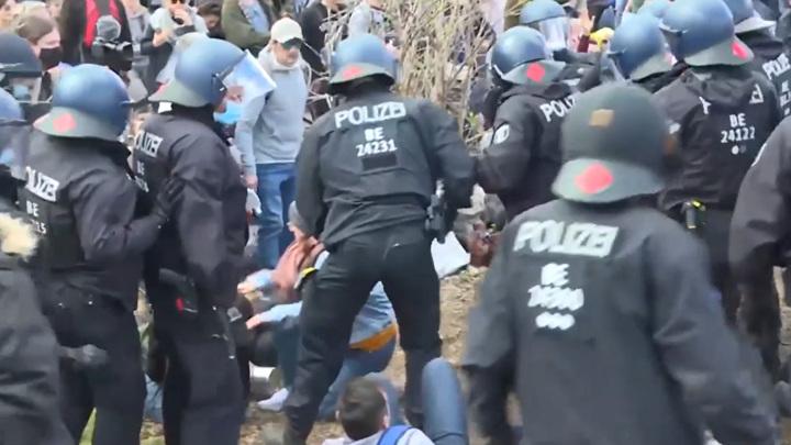 Около 30 полицейских пострадали в Германии на акции ковид-диссидентов