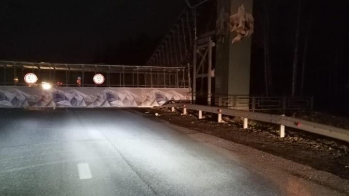 Под Екатеринбургом мост рухнул на проезжую часть