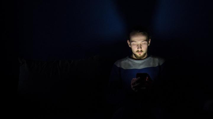 Трудности с засыпанием учёные уже не первый год связывают с использованием гаджетов перед сном. Но виноват ли в этом только синий свет экрана?