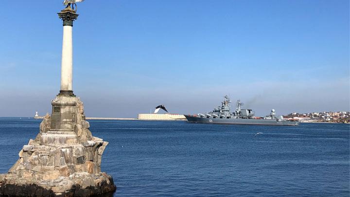 """Крейсер """"Москва"""" вышел на учения в Черное море, куда движется катер США"""