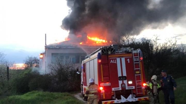 Под Симферополем загорелся многоквартирный дом