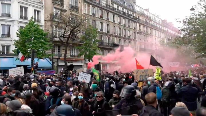 Газ, гранаты, фейерверки: столкновения в Париже