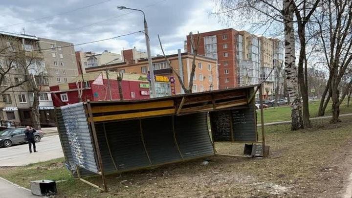 В Перми порывы ветра опрокинули на женщину остановочный павильон
