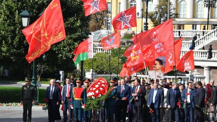 Члены ЦК КПРФ возложили цветы к Могиле Неизвестного Солдата