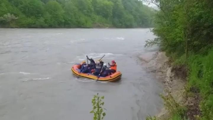В Адыгее второй день ищут туристов, упавших в горную реку