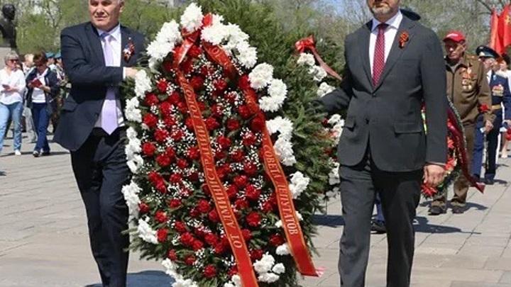 В Сквере Славы Орска состоялось торжественное возложение цветов к Вечному огню