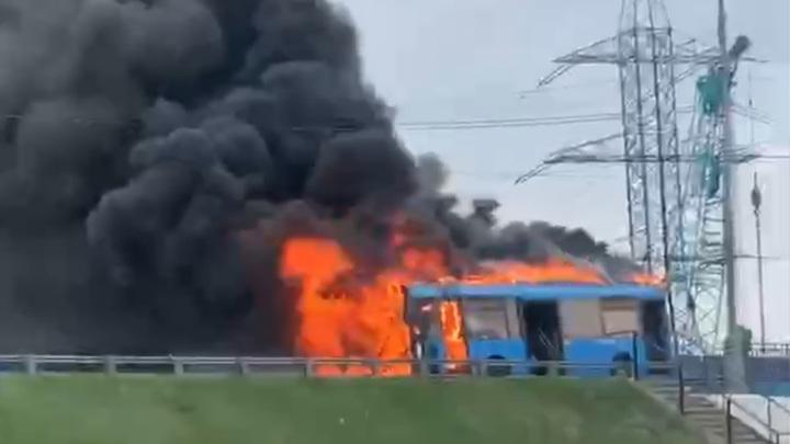 В Москве на МКАД сгорел автобус. Видео