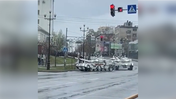 В Хабаровске танк зацепил светофор и попал на видео