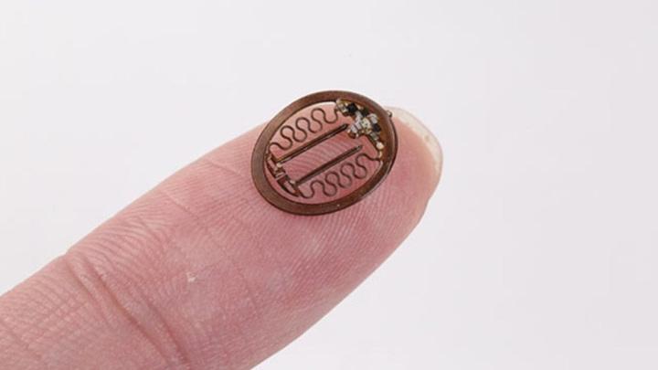 Инженеры годами работали надо созданием лёгкого миниатюрного устройства, незаметного на голове лабораторной мыши.