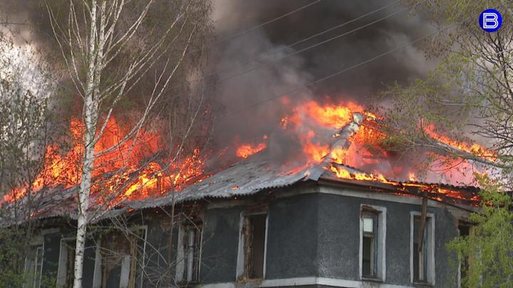 Заброшенный двухэтажный барак загорелся в Новосибирске