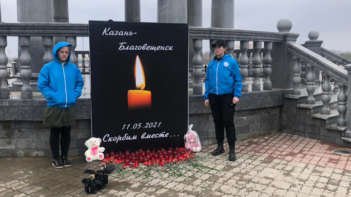 В Приамурье к временным мемориалам возлагают цветы в память о погибших в Казани детях