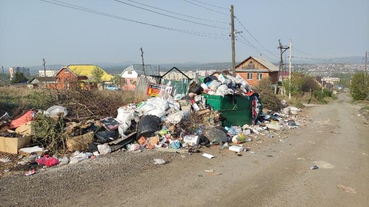 Мусорный коллапс: горы отходов вырастают около домов челябинцев
