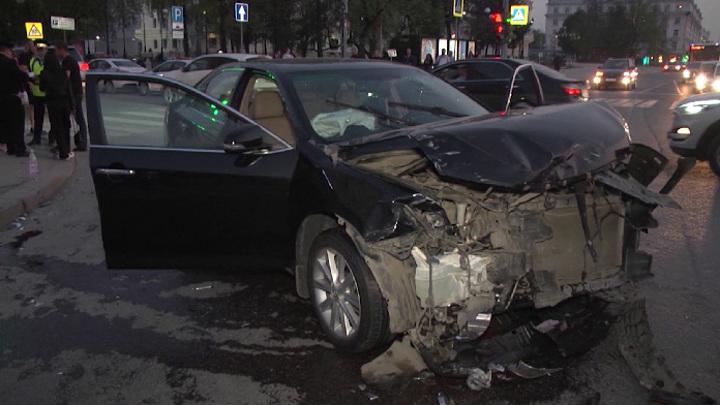 В Екатеринбурге выясняют обстоятельства аварии с шестью пострадавшими