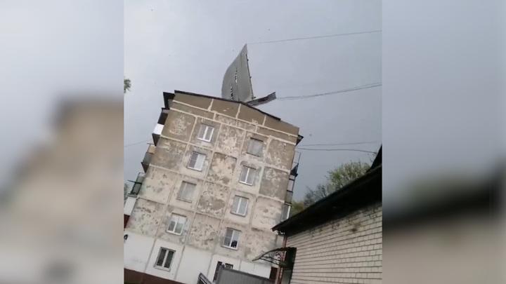 Ветер сорвал крышу с дома в подмосковном поселке. Видео