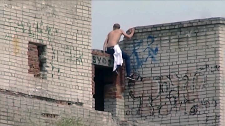 По факту падения подростка с заброшенного здания в Хабаровске возбудили дело