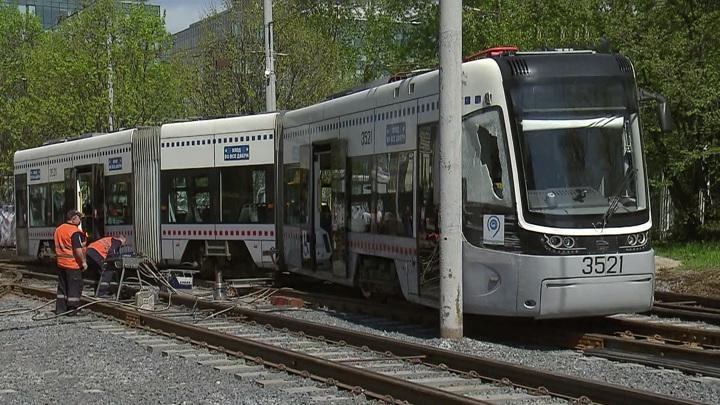 На севере Москвы трамвай протаранил столб
