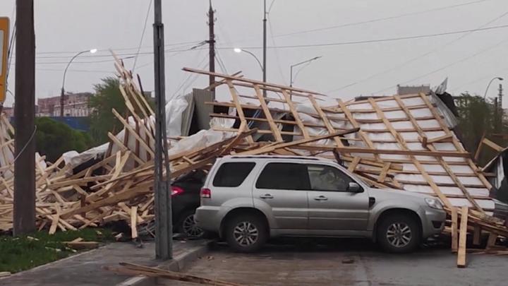 Сорванная крыша, раздавленные автомобили: последствия урагана в Вологде