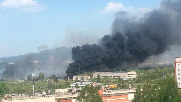 Накрыло черным дымом: в Челябинской области вспыхнул пожар
