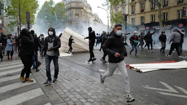 Разгоны протестов: в Греции – вода с газом, во Франции – еще и пули