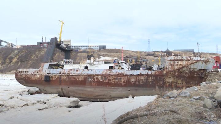 Началась утилизация затонувших и брошенных судов в бухте Нагаева