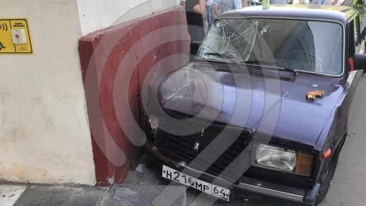 В Москве автомобиль сбил на тротуаре пешеходов