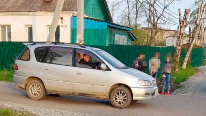 В Приморье автолюбитель сбил семилетних мальчиков на самокатах
