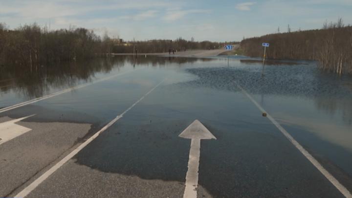 В Мурманской области паводок размыл автодорогу