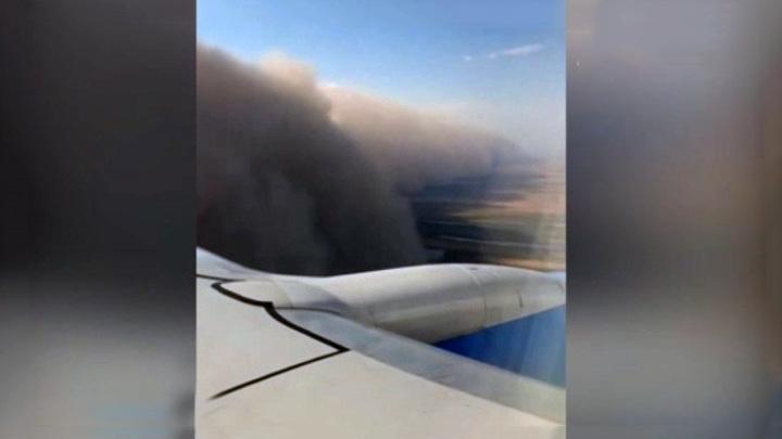 Самолет, летевший из Петербурга в Астрахань, попал в песчаную бурю. Видео