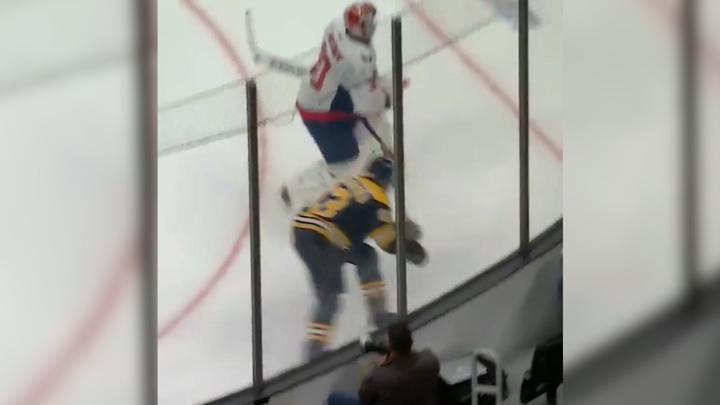 """Вратарь """"Вашингтона"""" Самсонов был грязно атакован канадцем из """"Бостона"""". Видео"""