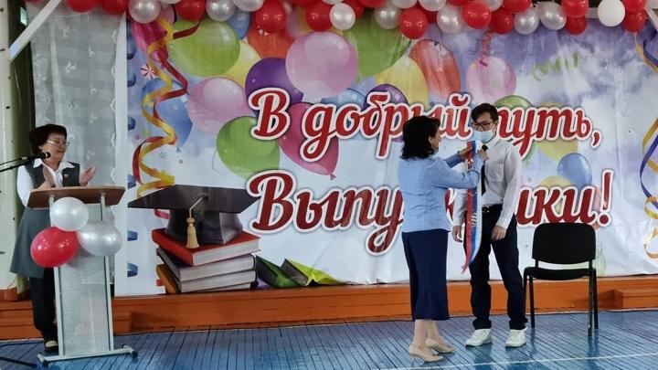 Эксперты оценили затраты родителей на выпускной в российских школах