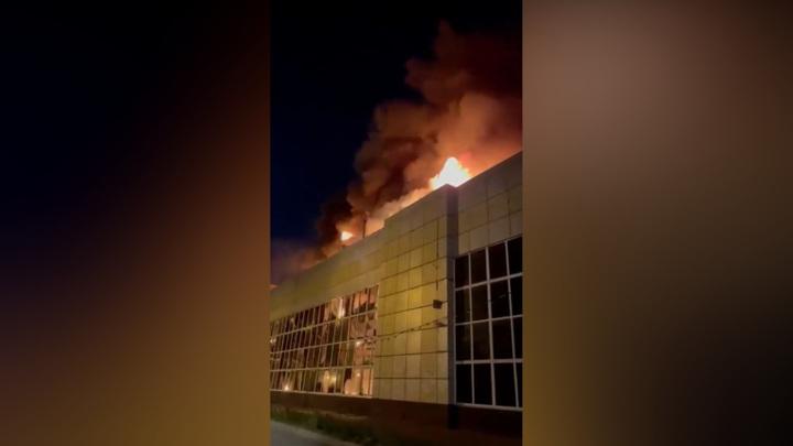 Крупный пожар на уссурийском предприятии тушили 6 часов