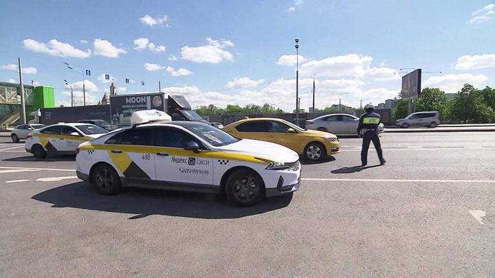 Непристегнутые пассажиры и отсутствие детских кресел: в столице проходят проверки такси